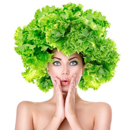 sorprendido: Muchacha sorprendida con lechuga peinado verde. Concepto de dieta