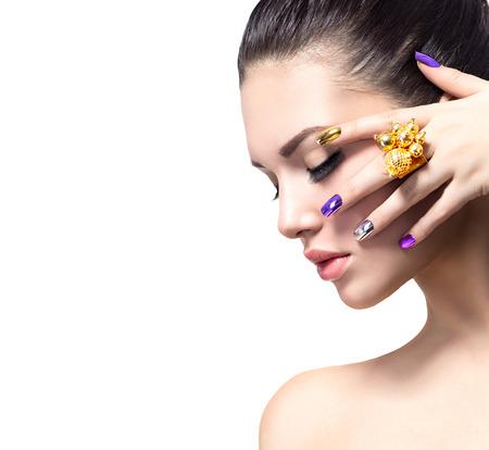 Vacker kvinna med färgglada naglar och lyxig makeup