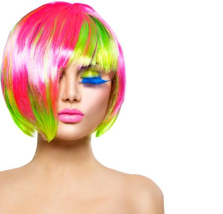 beleza: Menina modelo de moda da beleza com cabelo tingido colorido