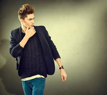 divat: Divat fiatal modell férfi portré. Jóképű srác