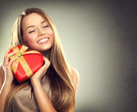 cadeau anniversaire: Beaut� fille heureuse avec bo�te cadeau Saint-Valentin