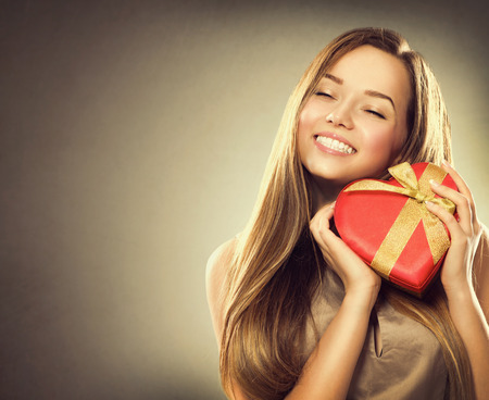 ni�as sonriendo: Belleza ni�a feliz con caja de regalo de San Valent�n
