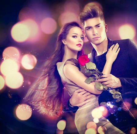 romance: Coppia di San Valentino in amore. Ragazza di bellezza con bel modello di ragazzo