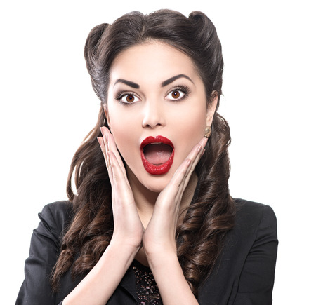 boca abierta: Mujer retra sorprendida. Vintage Foto de estilo aislado en blanco