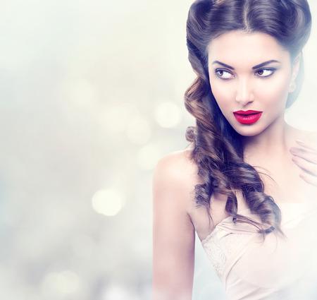 열정: 깜박 배경 위에 뷰티 패션 모델 복고 소녀