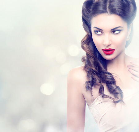 moda: Bellezza modella ragazza retrò su sfondo lampeggiante