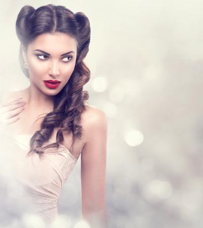 moda: Modelo de moda da menina da beleza retro sobre piscando fundo Banco de Imagens