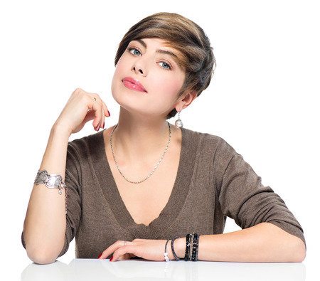 Schoonheid van de jonge vrouw met korte bob kapsel, mooie make-up