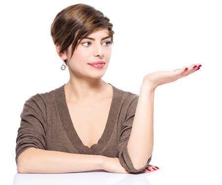 концепция: Молодая женщина, показывая пустое пространство копию на открытой руки ладони