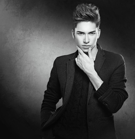 cabello: Moda Retrato de hombre joven modelo. Chico guapo