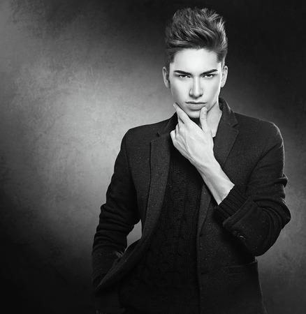 bel homme: Mode homme jeune modèle portrait. Beau mec