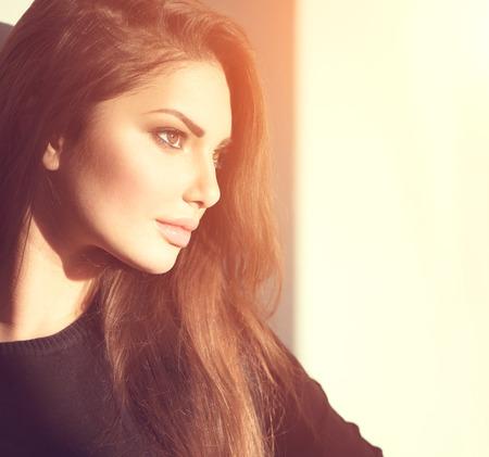 rosto humano: Sideways retrato da beleza jovem menina romântica olhando para longe