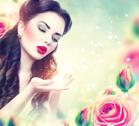 Retro- Frauenportrait in rosa Rosen Garten. Weinlese redete Mädchen