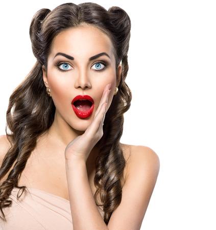 美女: 驚訝復古的女人。美容復古興奮的女孩在白色 版權商用圖片