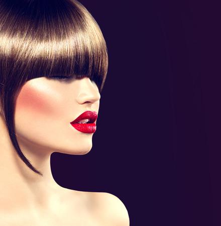 labios rojos: Muchacha de la belleza del modelo de manera con corte de pelo glamour, flequillo largo