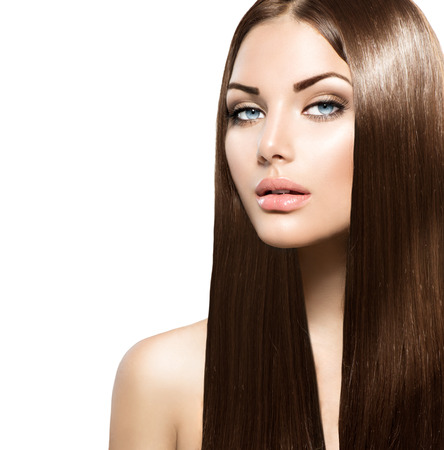 traitement: femme de beauté aux longs cheveux bruns lisses sain et brillant Banque d'images
