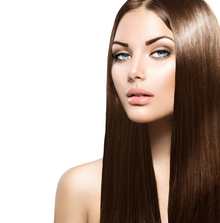 cabello: Mujer de la belleza con el pelo largo y marrón suave sano y brillante