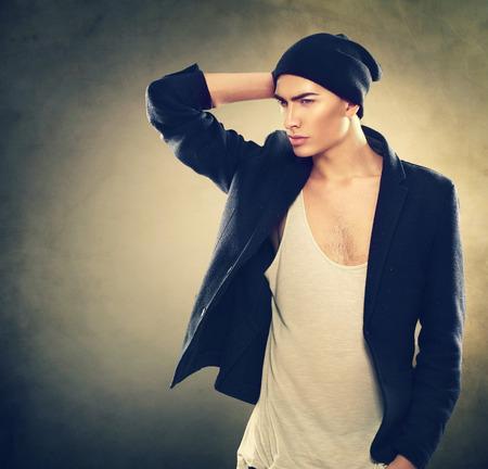 modelos masculinos: Moda Retrato de hombre joven modelo. Chico guapo llevaba sombrero