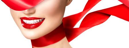 赤い唇と吹き赤い絹のスカーフで美しいモデルの女の子