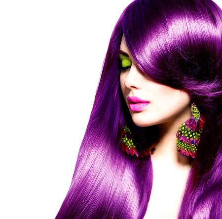 modelo hermosa: Hermosa chica morena con el pelo largo de color p�rpura saludable