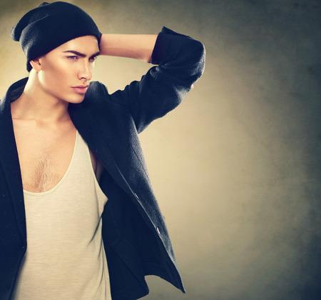 Fashion junge Modell Porträt Mann. Handsome Guy Tragen Hut