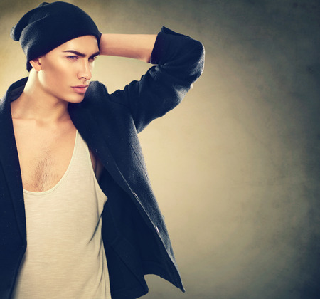 ropa casual: Moda Retrato de hombre joven modelo. Chico guapo llevaba sombrero