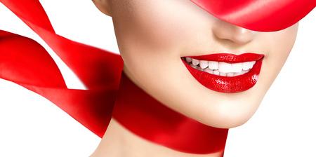 femmes souriantes: Belle fille mod�le avec des l�vres rouges et soufflant �charpe de soie rouge