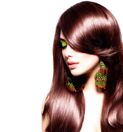 健康の長い茶色の髪と美しいブルネットの少女