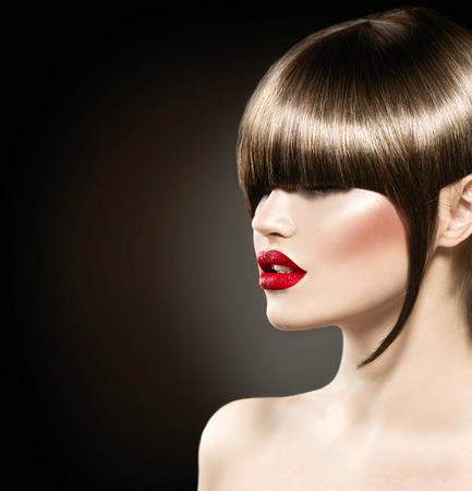 グラマーのヘアカット、長いフリンジと美容ファッション モデルの女の子