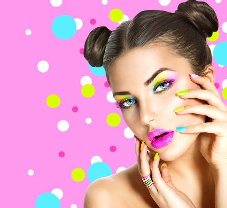 Muchacha de la belleza con maquillaje colorido, esmalte de uñas y accesorios