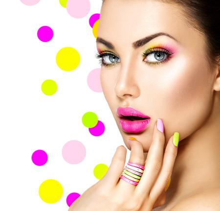 manicura: Muchacha de la belleza con maquillaje colorido, esmalte de uñas y accesorios
