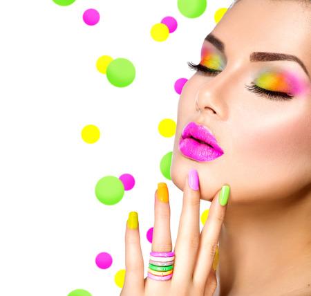 Schoonheid meisje met kleurrijke make-up, nagellak en accessoires