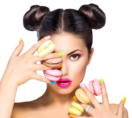 다채로운 마카롱을 복용 뷰티 패션 모델 소녀 스톡 콘텐츠