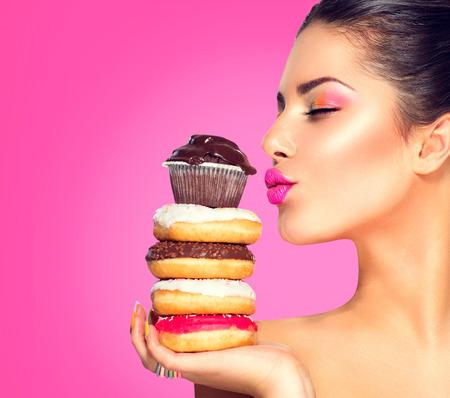 Schönheit Mode Modell Mädchen, Süßigkeiten und bunten Donuts