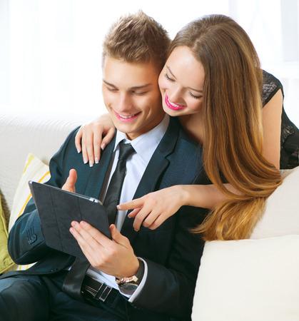 fiestas electronicas: Pareja joven con tablet pc en el chat o comprar en l�nea