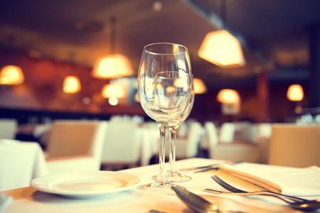 レストランでの夕食のテーブルを用意しています。レストランのインテリア