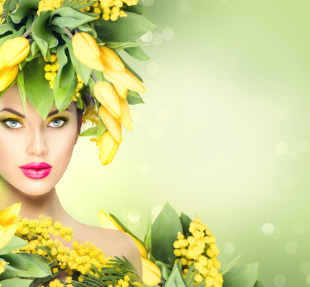 Szépség tavaszi modell lány virággal frizura