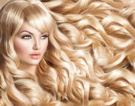 긴 곱슬 금발 머리와 아름 다운 모델 소녀