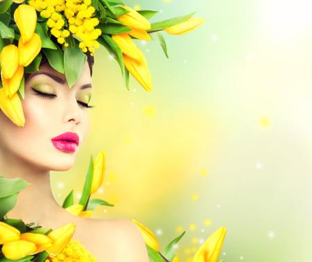 Jarní žena. Krása na jaře Model dívka s květinami účes