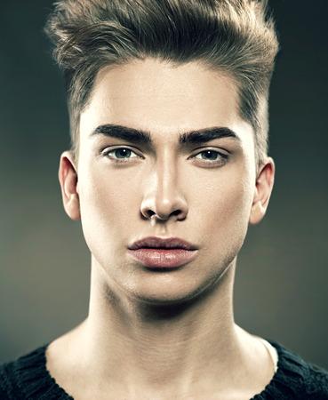 mode: Handsome junge Mode-Modell Porträt Mann. Attraktiver Kerl