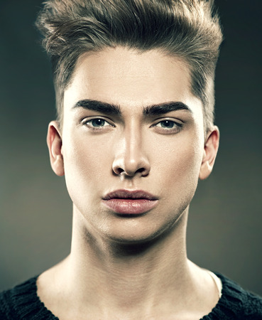 portrét: Pohledný mladý muž portrét modelka. Atraktivní chlap