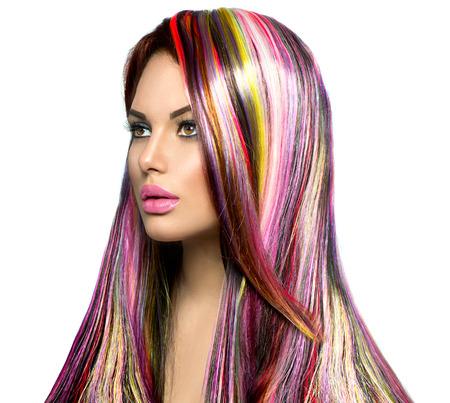 tinte cabello: Chica modelo de manera de la belleza con el pelo teñido de colores Foto de archivo
