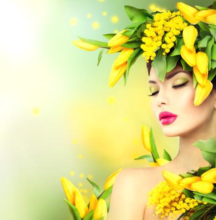 skönhet: Fjäder kvinna. Skönhet våren modell flicka med blommor frisyr