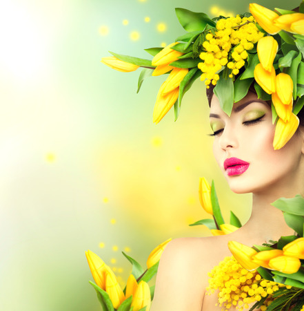 Mujer Primavera. Belleza de primavera chica modelo con flores estilo de pelo