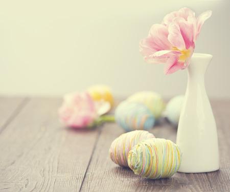 カラフルな卵やチューリップの花で飾られたイースター写真
