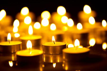 Plamen svíčky v noci. Abstraktní zářící pozadí Reklamní fotografie