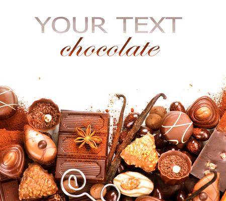 dulces: Chocolates frontera aislado sobre fondo blanco. Chocolate