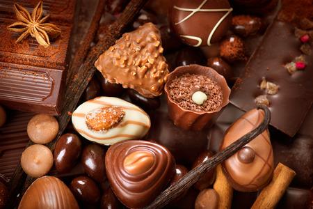 Chocolates fondo. Dulces de chocolate praliné Foto de archivo