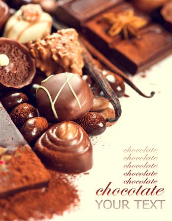 cafe bombon: Surtido de chocolates finos en blanco, oscuro y chocolate con leche Foto de archivo