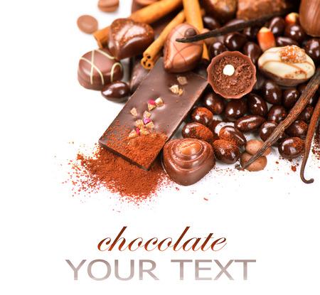 cacao: Chocolates frontera aislado sobre fondo blanco. Chocolate